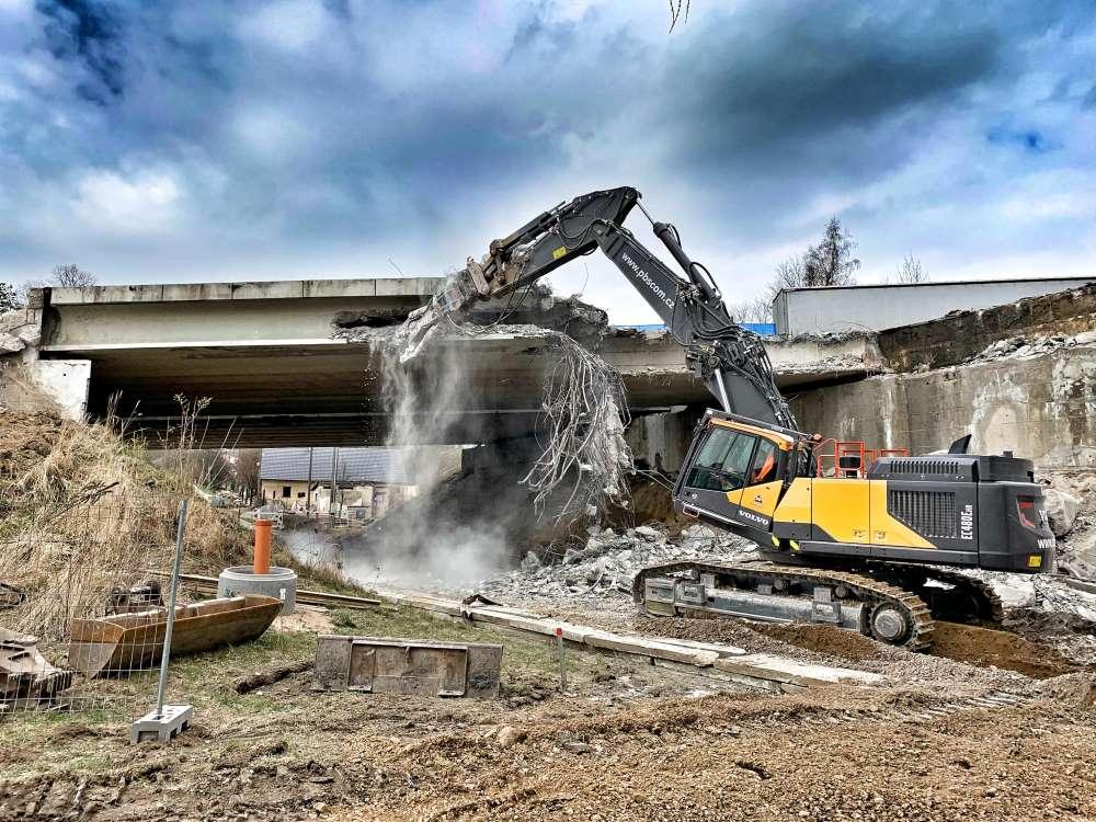 První demoliční rypadlo Volvo v České republice pracuje u PB SCOM