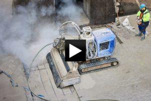 Nejbezpečnější a nejpřesnější způsob hydrodemolice zvětralého betonu na plavební komoře provedla unikátním strojem společnost HDR Servis