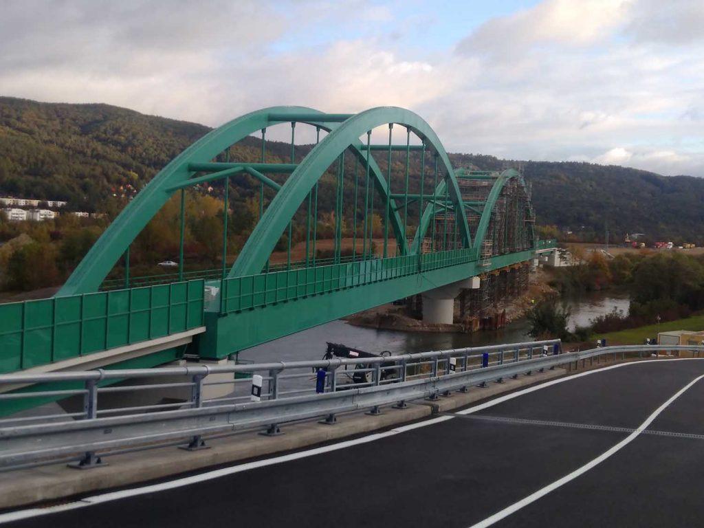 Nový dvoukolejný železniční most přes Váh pro rychlost 160 km za hodinu