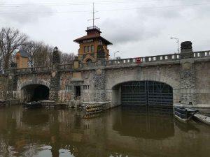 Unikátní kamenný most přes plavební komoru v Hoříně se poprvé oficiálně zdvihl