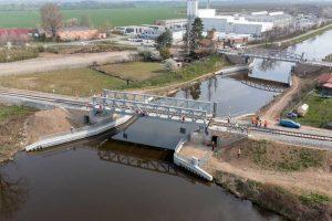 Unikátní železniční most přes plavební kanál na Vltavě se poprvé zkušebně zdvihl