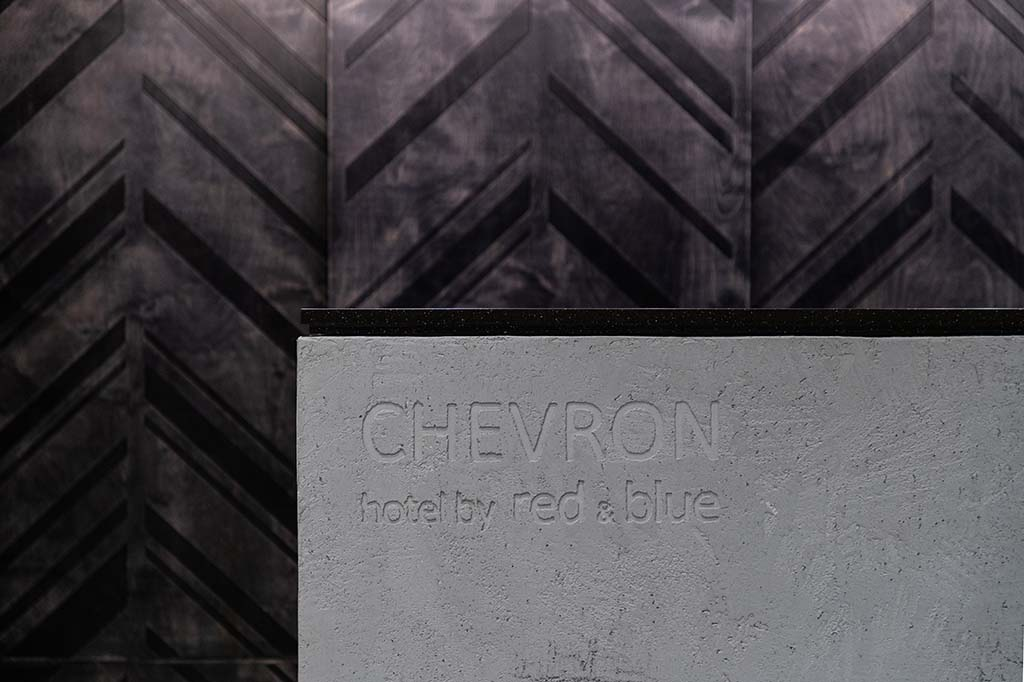 Nový čtyřhvězdičkový hotel Chevron na Smíchově navržený architekty ze studia Jestico + Whiles se naplno otevírá návštěvníkům