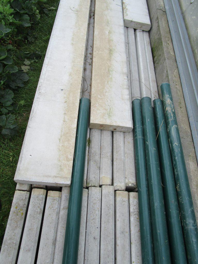 Podhrabové desky + držáky, plotové sloupky, pletivo poplastované