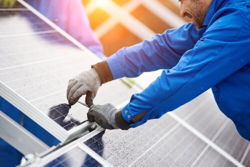 Elektřinu ze slunce využívá stále více domácností. Úplná energetická soběstačnost je ale nadále spíše výjimkou